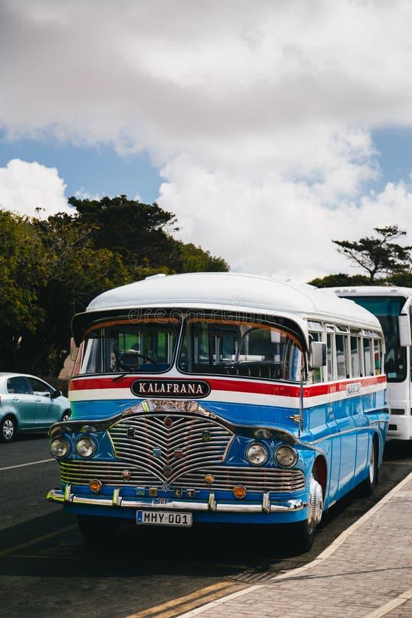 MDINA, MALTA - SETTEMBRE, 15 DEL 2018: Un vecchio bus britannico maltese variopinto tipico a partire dagli anni 60 alla via, tras immagine stock libera da diritti