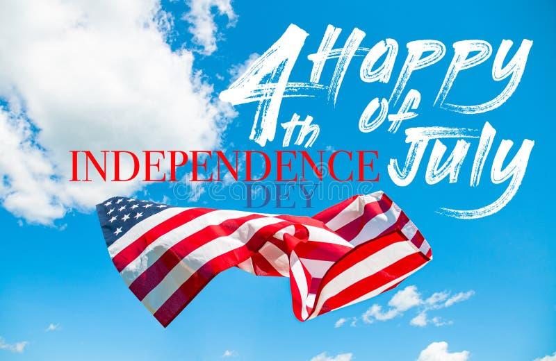 4?me heureux du Jour de la D?claration d'Ind?pendance de juillet Drapeau américain à l'arrière-plan de ciel bleu photographie stock