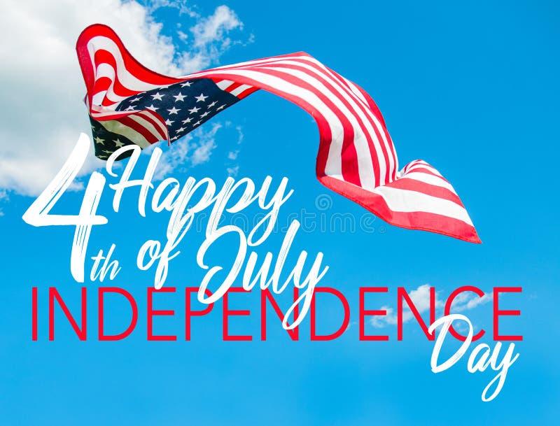 4?me heureux du Jour de la D?claration d'Ind?pendance de juillet Drapeau américain à l'arrière-plan de ciel bleu photo libre de droits