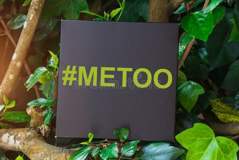 Me ook hashtag op zwarte kaart, antiseksuele intimidatie sociale media campagne royalty-vrije stock foto's