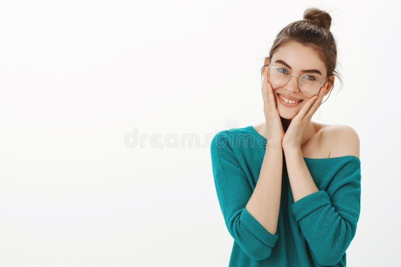 Me plazco tan tener tales amigos cariñosos Retrato de la hembra contenta y blanda emocional en suéter y vidrios flojos fotos de archivo
