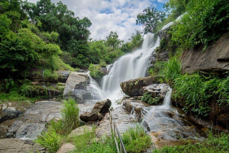 Mea巴生瀑布是美丽的瀑布在清迈, Thail 免版税库存图片