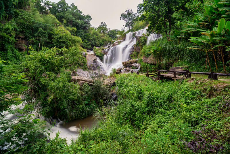 Mea巴生瀑布是美丽的瀑布在清迈, Thail 免版税库存照片