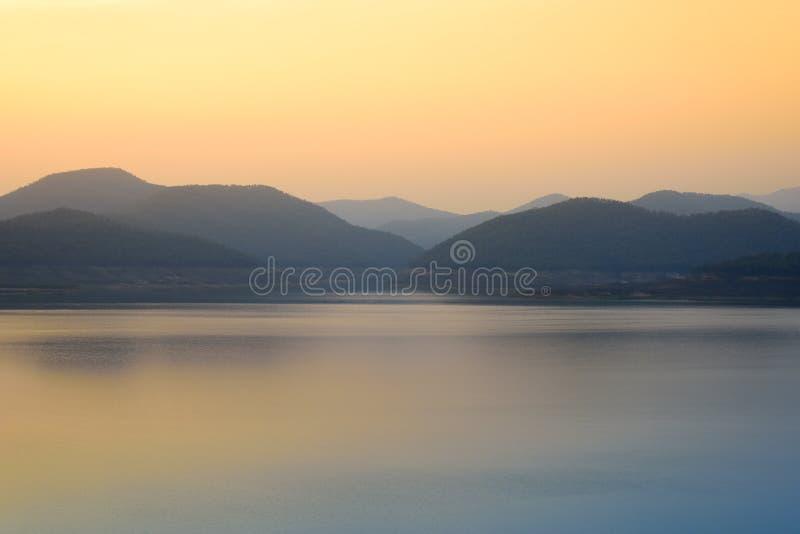 Mea Kuang Reservoir bij dageraad Mea Kuang Dam, Doi Saket, Chiangmai, Thailand stock fotografie