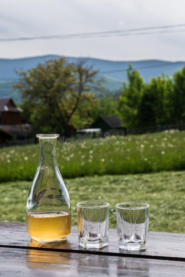 Meade jaune doux de vin de miel dans le beau paysage de montagne Préparez pour boire images stock