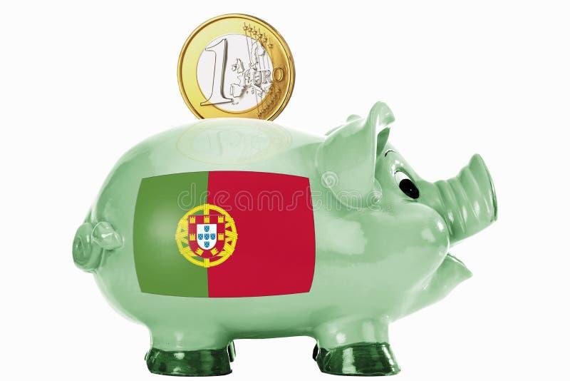 Mealheiro com a 1 euro- moeda e a bandeira portuguesa fotografia de stock royalty free