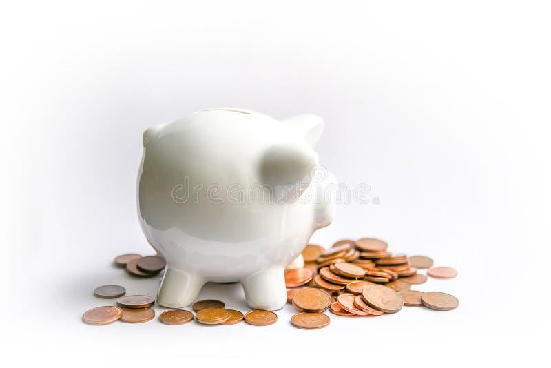 Mealheiro com moedas Moneybox cerâmico branco fotos de stock