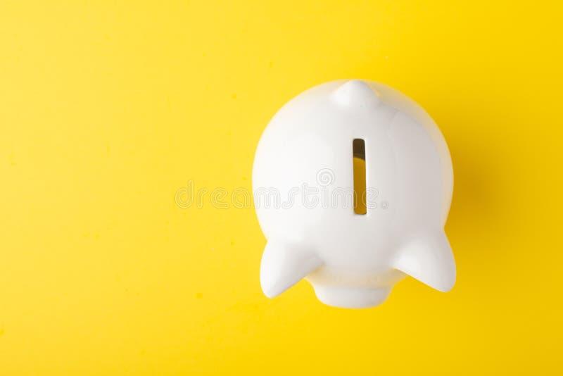 Mealheiro da porca jovem em um fundo amarelo Conceito da economia do dinheiro saving Vista de acima fotos de stock royalty free