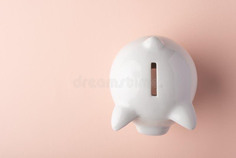 Mealheiro da porca jovem em um fundo claro Conceito da economia do dinheiro saving Vista de acima imagens de stock royalty free