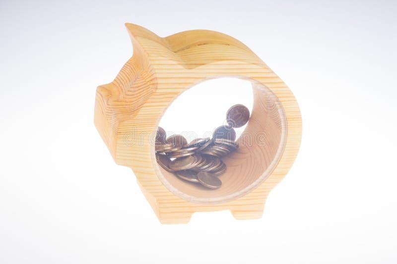 Mealheiro de madeira amarelo com as moedas dos rublos de russo no fundo branco produtos da oficina da obra de carpintaria Conceit imagem de stock