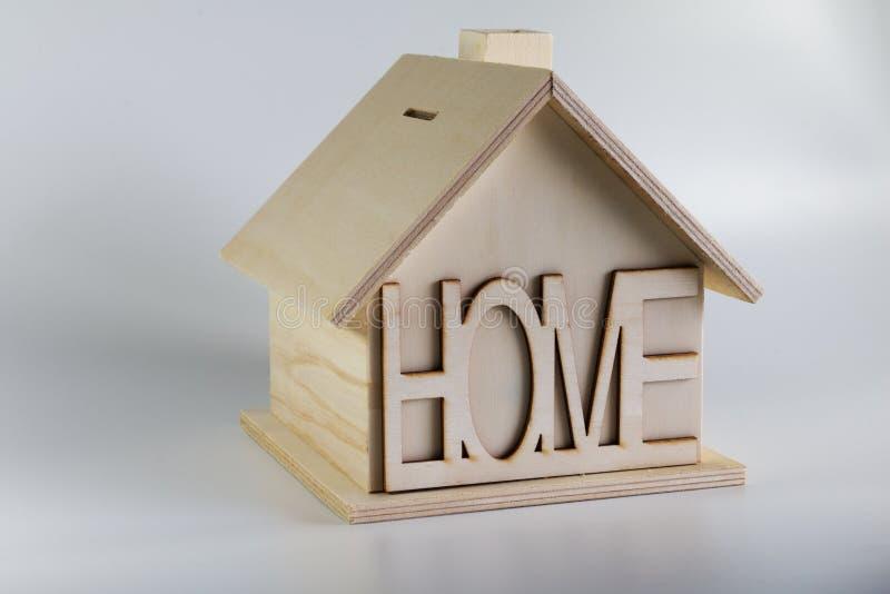 Mealheiro de madeira caseiro da casa com a casa da inscrição fotos de stock royalty free