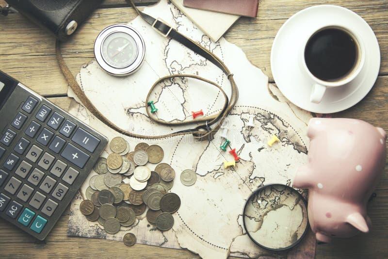 Mealheiro, dinheiro, passaporte, câmera e mapa na tabela de madeira fotos de stock