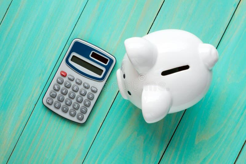 Mealheiro e calculadora, vista superior imagens de stock royalty free