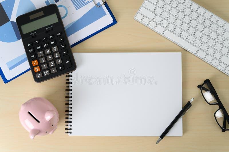 Mealheiro e impostos da calculadora do c?lculo da contabilidade da finan?a imagens de stock royalty free