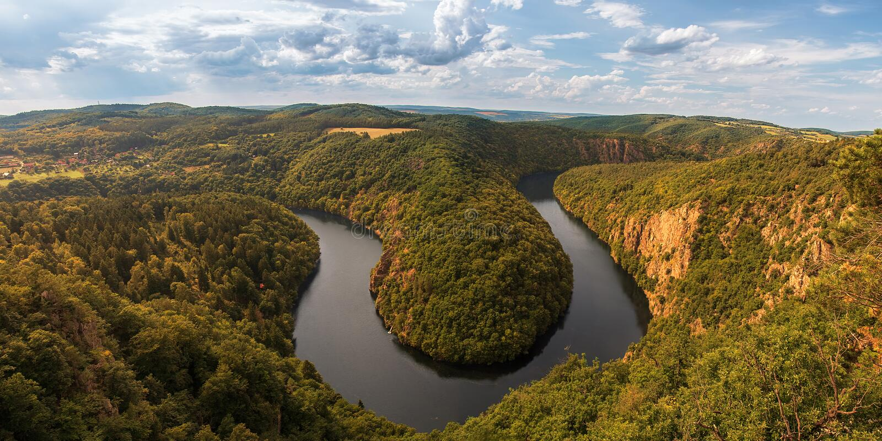 Meanders van de rivier Vltava van Praag dichtbij Praag stock fotografie