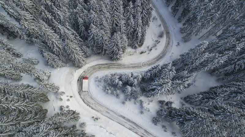 Meandrando a estrada da montanha do inverno com um caminhão imagens de stock