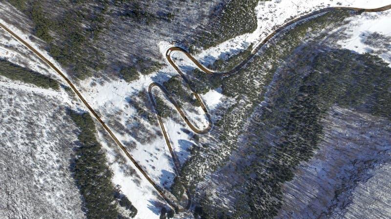 Meandrando a estrada na montanha imagens de stock royalty free