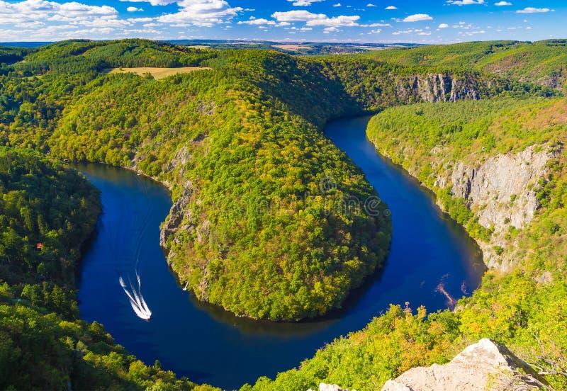 Meandro de herradura de la forma del río de Moldava del punto de vista del comandante, naturaleza de la República Checa fotografía de archivo libre de regalías