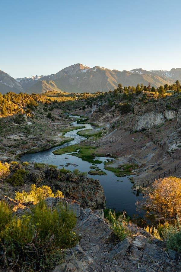 Meandrujący gulgoczący rzekę przy Gorącej zatoczki Geological miejscem w Mamutowych jeziorach Kalifornia z Wschodnimi Sierra Neva zdjęcie stock