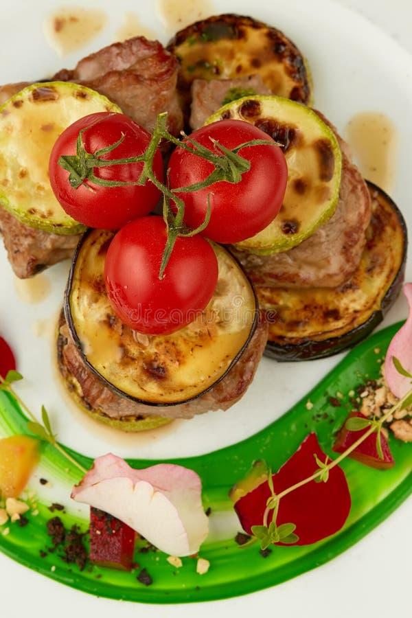 meat grillade grönsaker arkivbilder