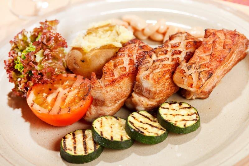 Meat med grillade grönsaker royaltyfria bilder