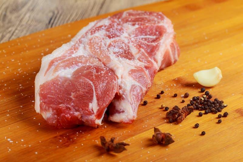 meat Nötkött kalvkött Ny rå fläskkarré, stycke utan benet För att steka den grilla grillfesten Klipp in i biffar, arkivbilder