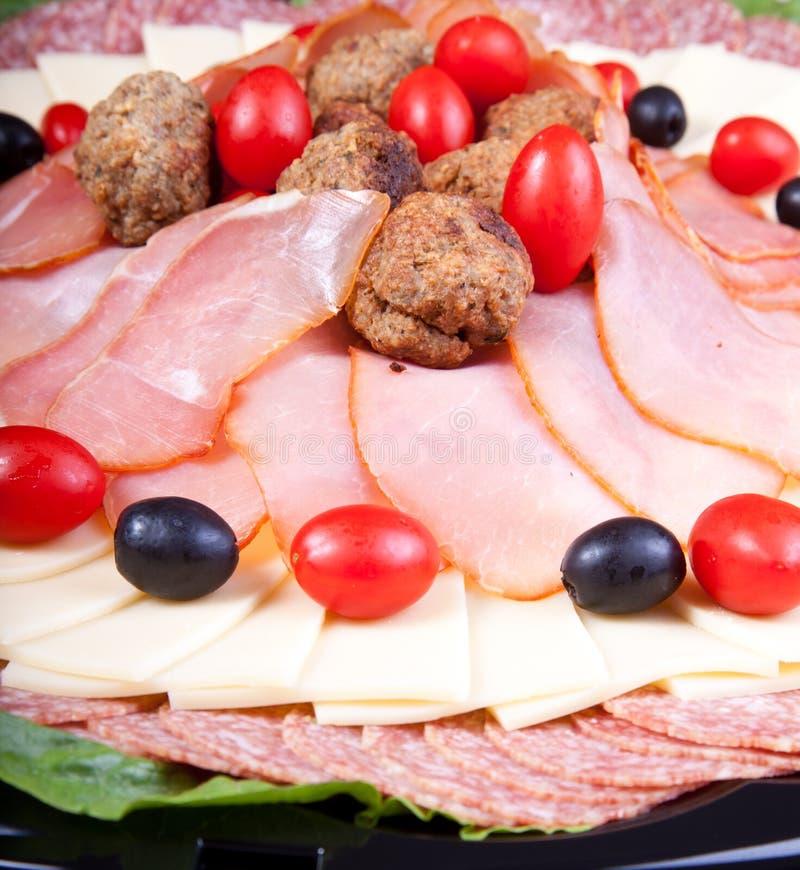 Meat- och ostplattadetalj royaltyfri fotografi