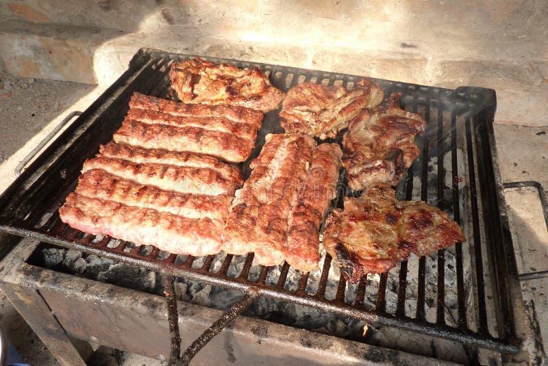 Meat på grilla arkivbild