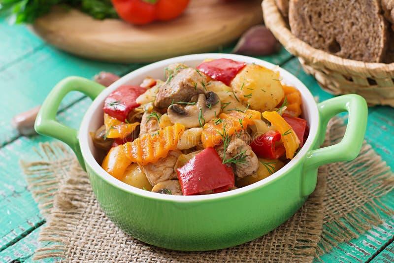 meat stewed grönsaker arkivfoto