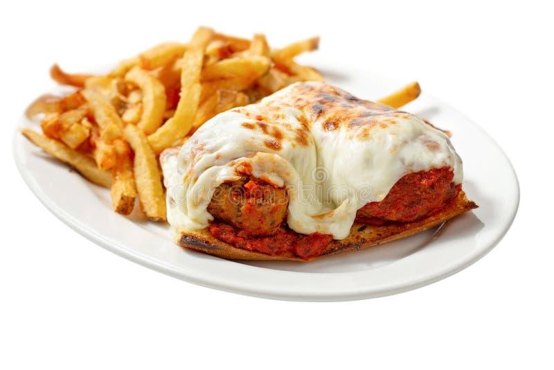 Meatball sandwich geïsoleerd op wit met friet stock foto