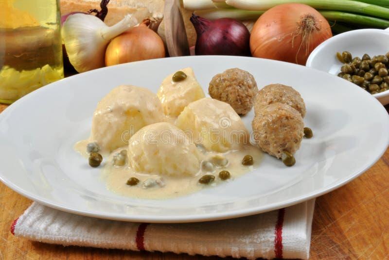 Meatballs cozinhados em um molho branco com alcaparras imagem de stock royalty free