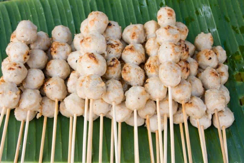 Meatballs nas varas, mergulhadas no molho de pimentão doce foto de stock royalty free