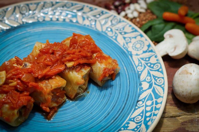 Meatless gevulde kool met uien en hryvnia stock fotografie
