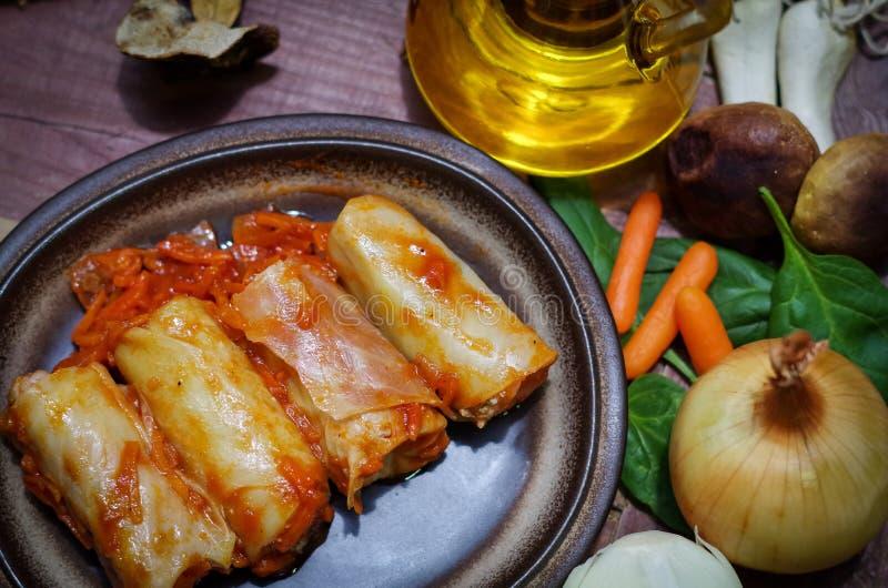 Meatless gevulde kool met uien en hryvnia stock afbeelding