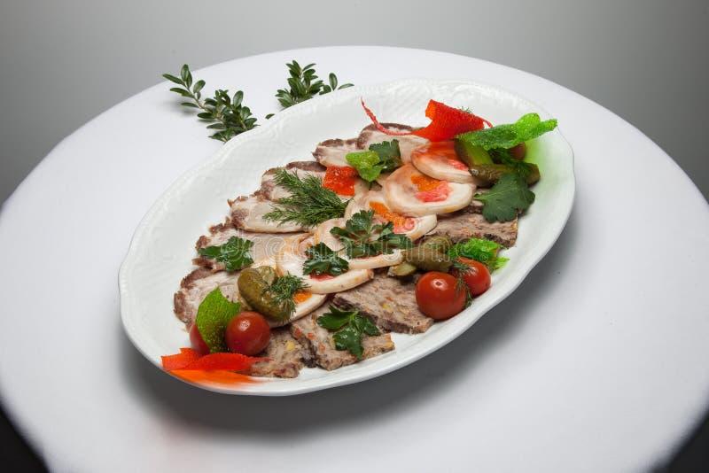 Meatloaf που τεμαχίζεται σε ένα πιάτο στοκ εικόνες