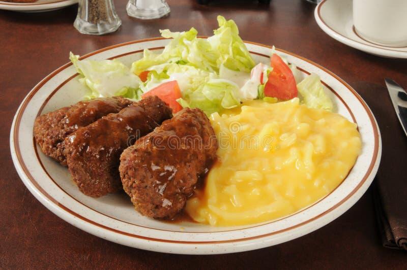 Meatloaf с картошками салата и julienne стоковое изображение
