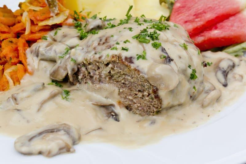 Meatloaf com molho de creme do cogumelo imagens de stock