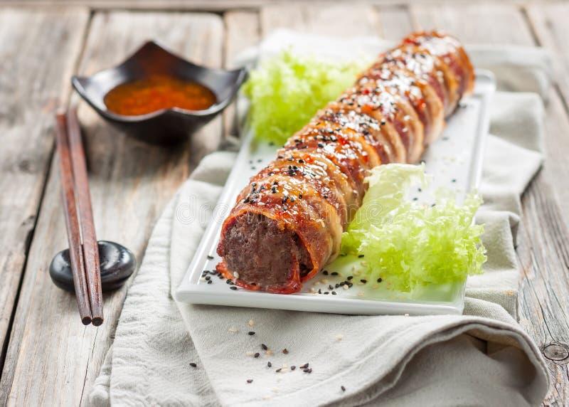Meatloaf com o queijo envolvido no bacon sushi do bacon imagens de stock