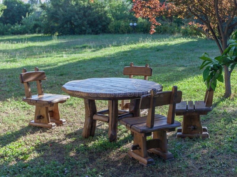 Meblarscy ogrodowi krzesła i stół fotografia royalty free