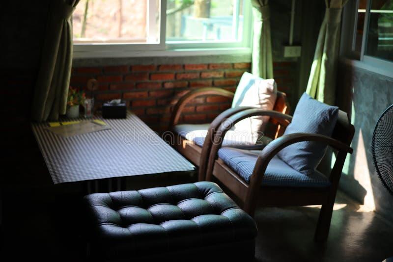 Meble, domowa dekoracja, stół, krzesło, drewno, rzemienny siedzenie, ściana z cegieł Siedzący kąt obraz royalty free
