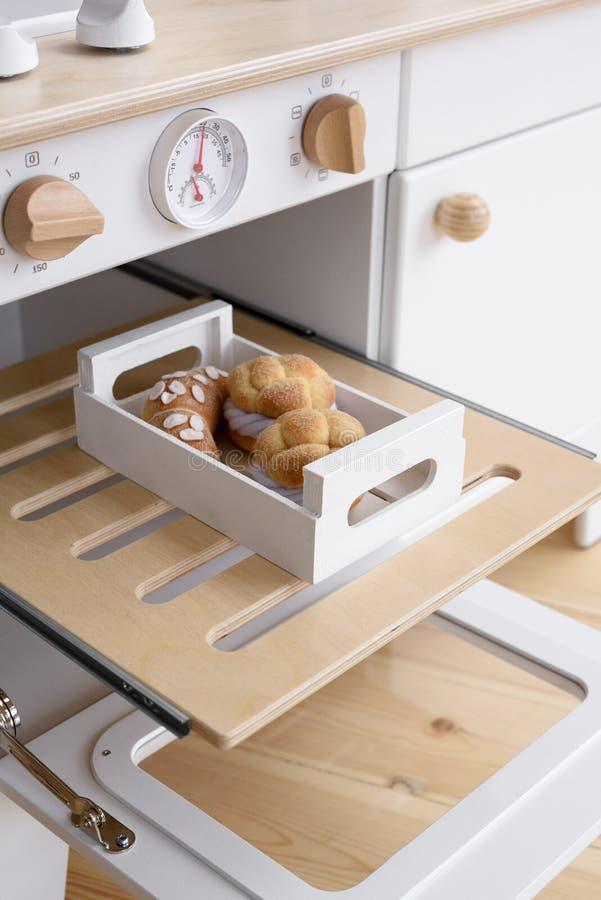 Meble i zabawki dla dzieci Kuchenka do zabawy drewniana z bułeczkami z filcu i rogalikiem fotografia stock