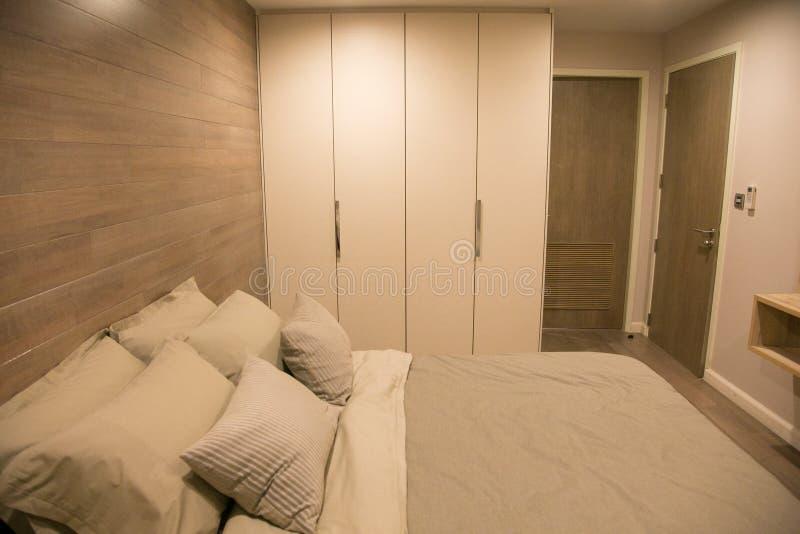 Meblująca mała sypialnia w kondominium fotografia stock
