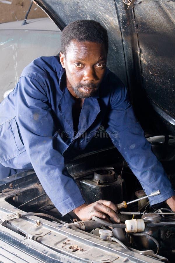 Mecánico africano en el trabajo imagenes de archivo