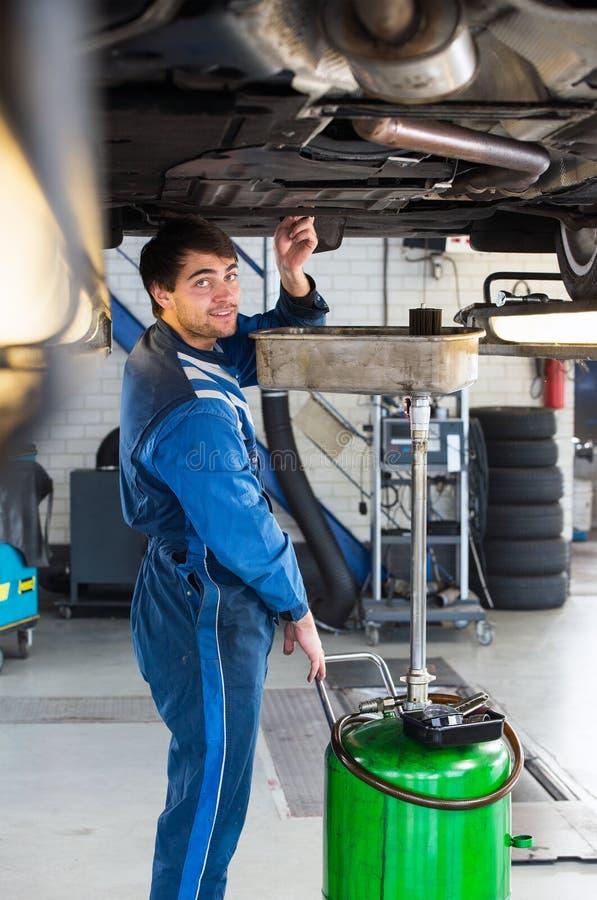 Mecánico chaning el aceite de un coche fotografía de archivo libre de regalías