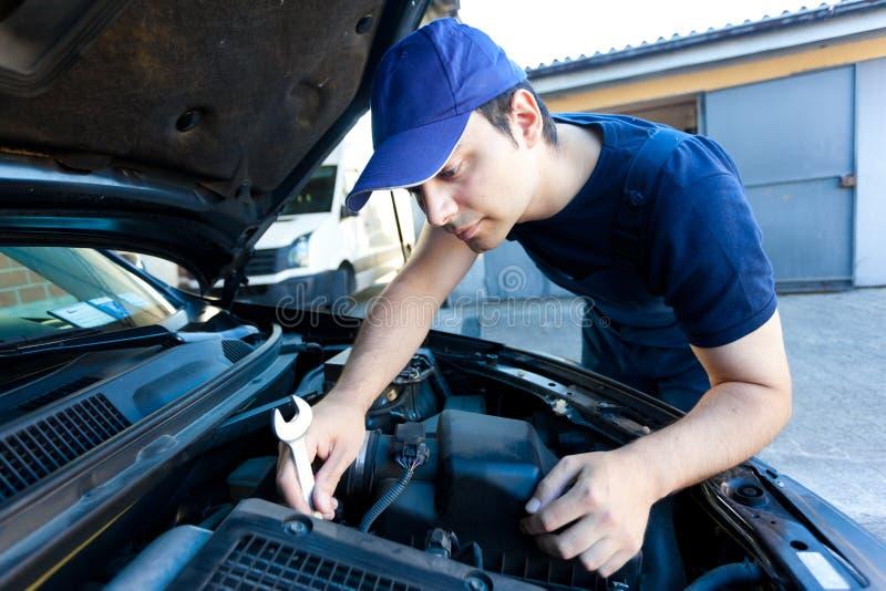 Mecánico de coche en el trabajo imagenes de archivo