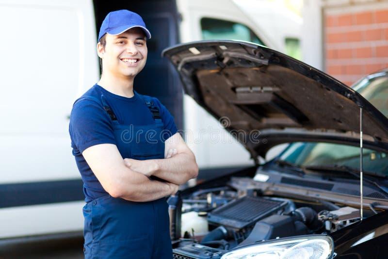 Mecánico de coche en el trabajo imagen de archivo libre de regalías
