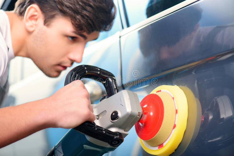 Mecánico de coche en la gasolinera imagen de archivo libre de regalías