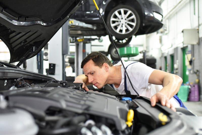 Mecánico de coche en un taller - reparación y diagnosis del motor en VE fotos de archivo libres de regalías