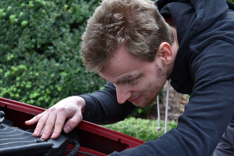 Mecánico de coche joven en el trabajo fotos de archivo