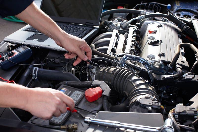 Mecánico de coche que trabaja en servicio de reparación auto. fotografía de archivo libre de regalías
